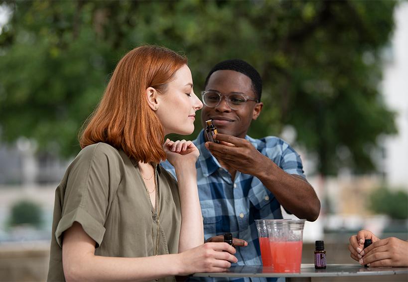 Kobieta pachnąca olejkami eterycznymi doTERRA.